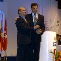 18._Juan_Ramón_Plana_entrega_el_Premio_Aster_ESIC_de_Comunicación_a_Félix_Muñoz,_2005