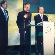 13.Juan_Ramón_Plana_presentando_los_I_Premios_Eficacia_2001,_con_Juan_José_Gómez_Lagares_e_Ignacio_Salas