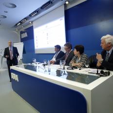 7. Moderando un importante coloquio en la Asamblea de AUTOCONTROL (asoc. para la autorregulación de la comunicación comercial) 2014 , la parte A) de los ponentes internacionales (2)